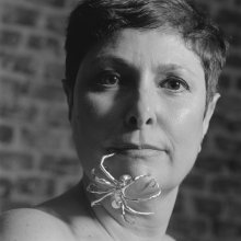 Chus Burés en colaboración con Louise Bourgeois. Araña. Broche, 2005.  ©Alberto García Alix 2015_Retrato de Carlota Álvarez Basso