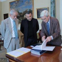 Acto oficial de entrega. De izq. a der. D. Ismael Fernandez de la Cuesta, Marvin Camacho y D. Antonio Bonet Correa.